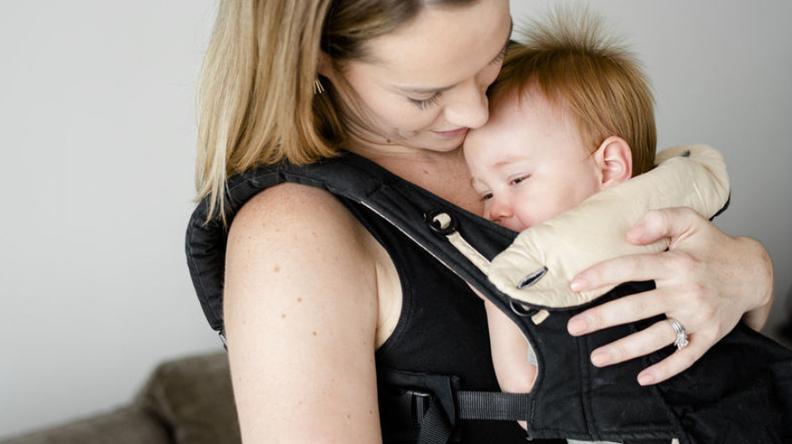 Gendongan bayi memudahkan Ayah dan Ibu membawa Si Kecil ke luar rumah.