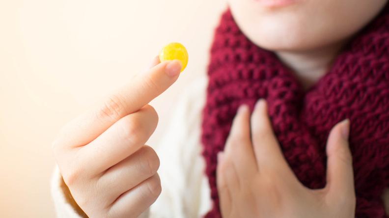 Permen pelega tenggorokan sering kali kamu gunakan sebagai cara meredakan radang tenggorokan