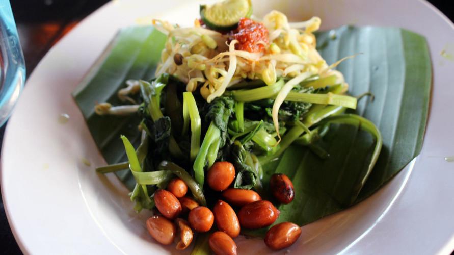 Indonesia punya banyak makanan vegetarian, salah satunya plecing kangkung.