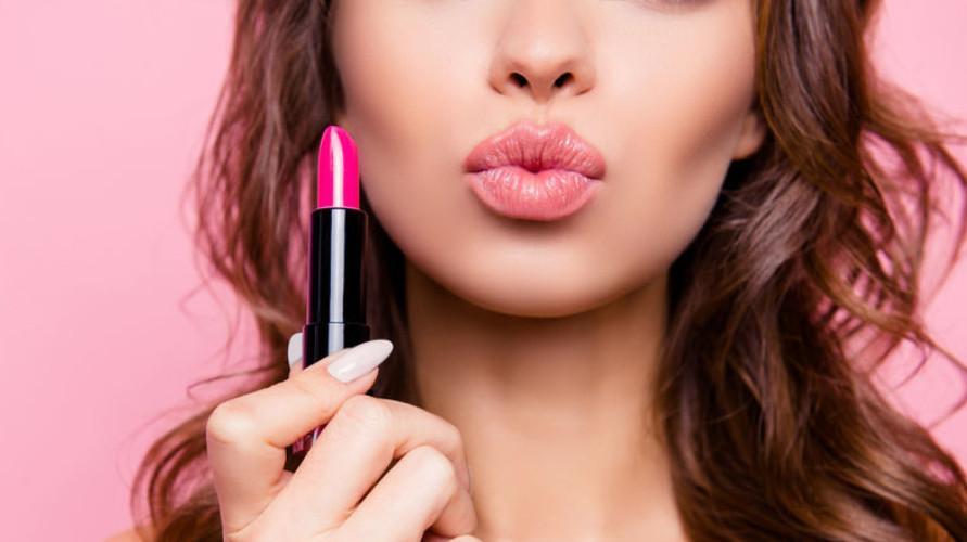 Lipstik Make Over terdiri dari berbagai macam warna dan harganya relatif murah.