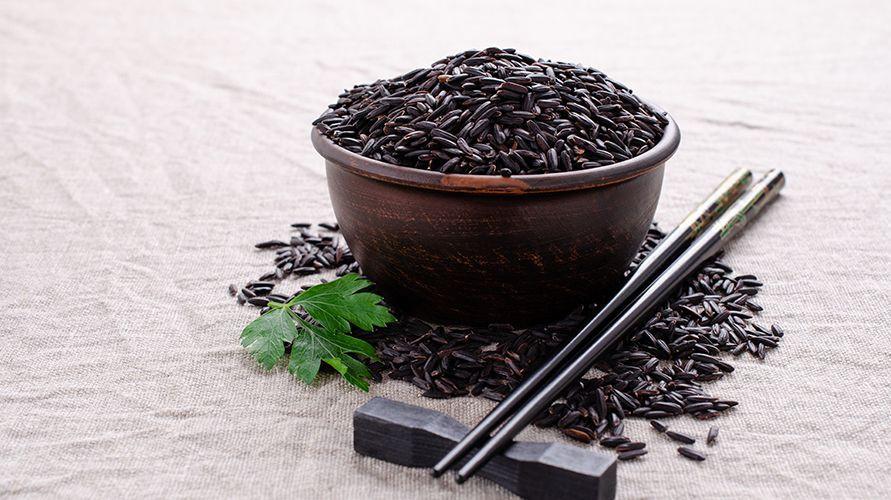 Beras hitam merupakan jenis beras yang punya antioksidan dan serat tinggi.