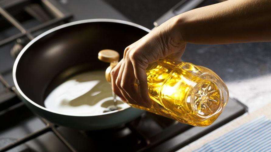 Minyak goreng sehat antara lain minyak zaitun, minyak kelapa, dan minyak alpukat
