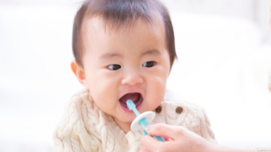 Ayah dan Ibu tidak perlu khawatir, karena rekomendasi sikat gigi bayi didesain khusus untuk Si Kecil.