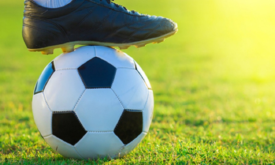Merek sepatu bola terbaik dapat membantumu mengeluarkan performa terbaik di lapangan hijau.
