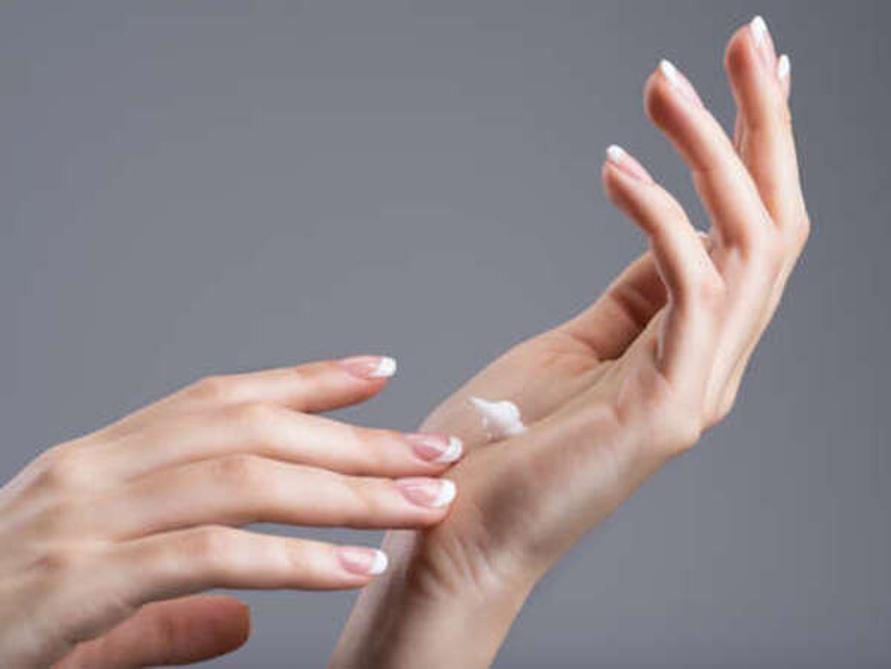 Hand cream atau pelembap tangan dibutuhkan secara khusus dalam perawatan kulit tangan