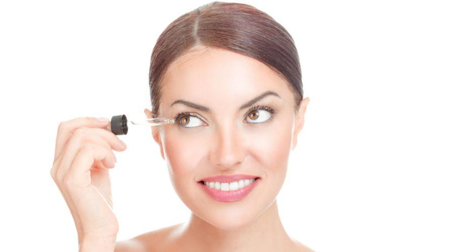 Serum bulu mata membantu melebatkan dan memperpanjang bulu mata