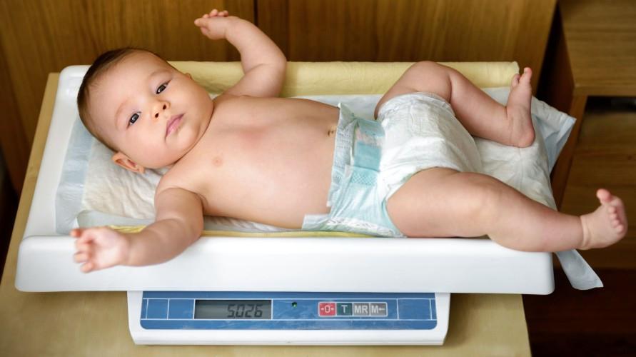Timbangan bayi berguna untuk membantu memantau perkembangan buah hati