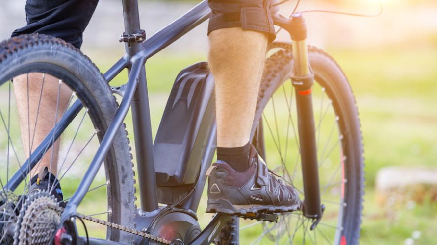 Sepeda hybrid dapat dikendarai di jalanan beraspal maupun jalanan bebatuan di pegunungan.