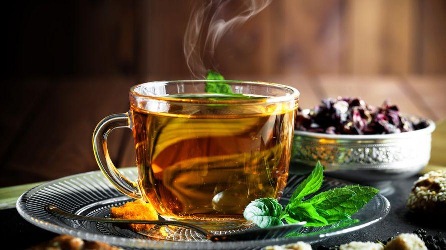 Jenis teh herbal antara lain teh chamomile, hijau, teh peppermint, dan teh bunga telang