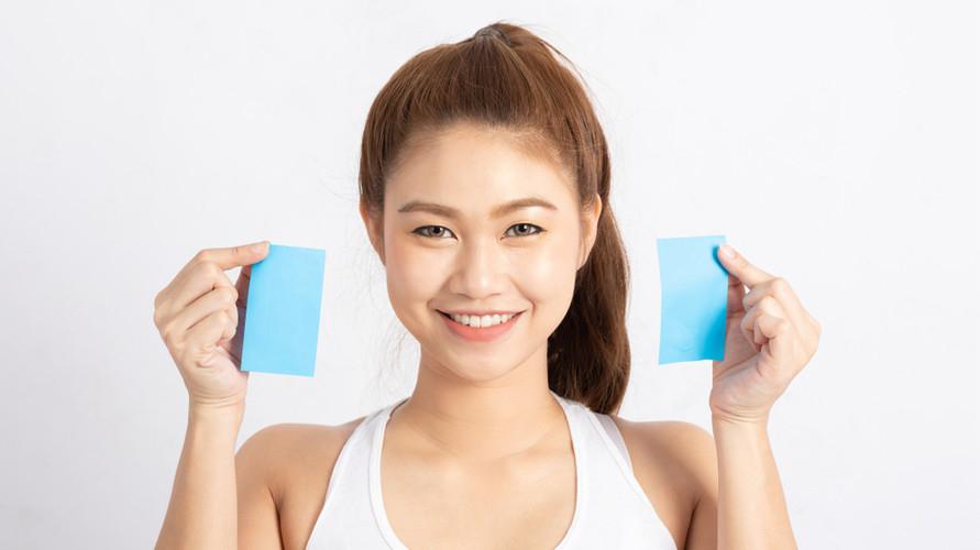 Kertas minyak wajah berfungsi untuk menyerap minyak berlebih di kulit agar wajah tidak terlalu mengilap