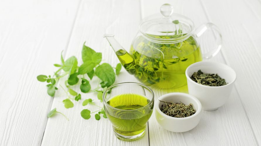 Merek teh hijau yang bagus antara lain Dilmah, Kepala Djenggot, Cap Botol, dan Tong Tji