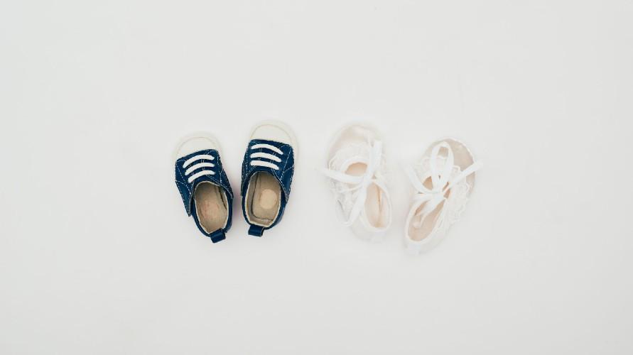 Sepatu bayi berguna melindungi si Kecil dari benda-benda yang melukai kakinya