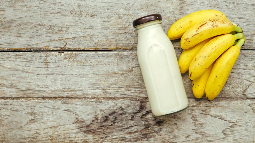 Susu pisang terbuat dari campuran susu putih dan buah pisang yang sudah dilumatkan