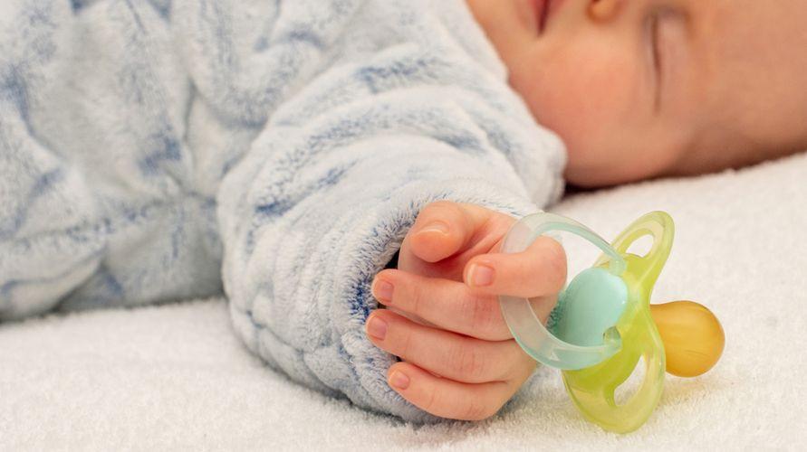 Empeng bayi yang bagus antara lain Pigeon, HUKI, MAM, dan Avent