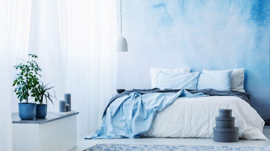 Warna cat kamar tidur yang menenangkan adalah biru langit alias sky blue