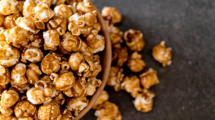 Cara membuat popcorn caramel yang populer ala bioskop bisa dicoba di rumah