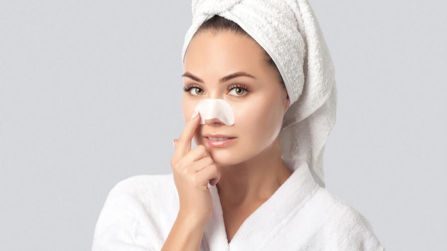 Pore pack sering jadi salah satu cara menghilangkan komedo membandel di hidung yang paling mudah