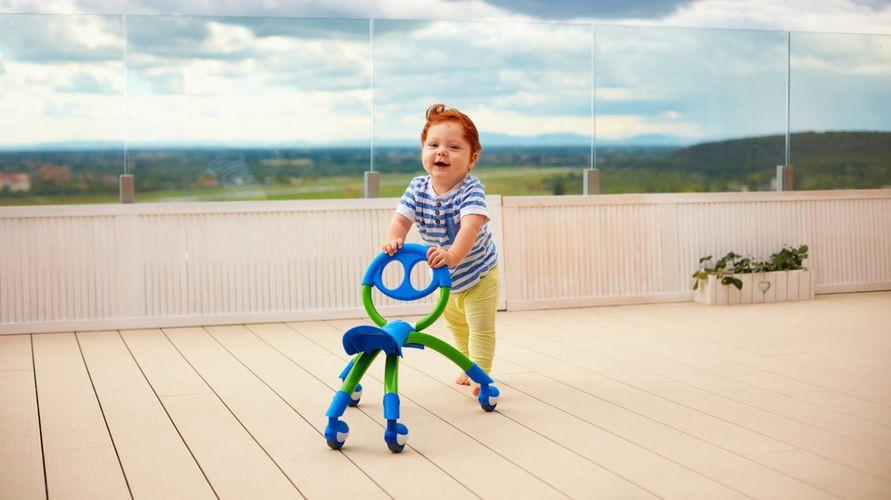 Baby push walker dapat membantu bayi belajar berjalan