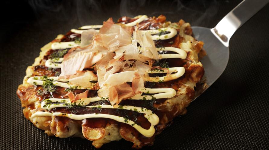 Resep okonomiyaki  dapat berbeda pada masing-masing wilayah di Jepang