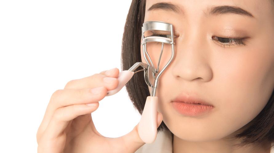 Penjepit bulu mata yang bagus penting menjadi pilihan banyak orang untuk membuat bulu mata tetap cantik