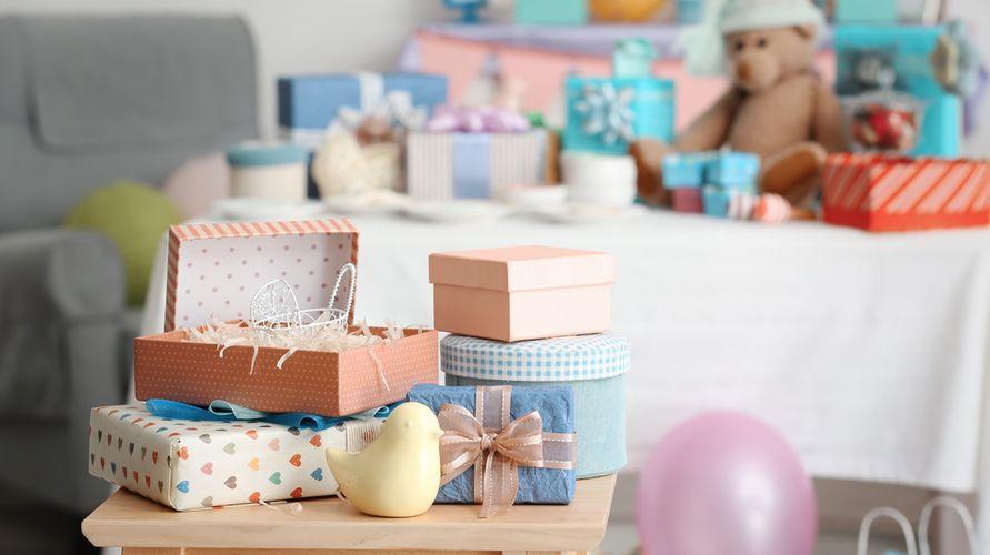 Kado untuk bayi baru lahir antara lain popok, skincare untuk bayi, dan selimut