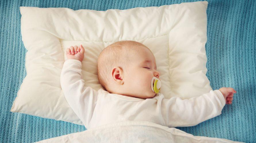 Bantal anti peyang membantu mencegah kepala bayi berubah bentuk