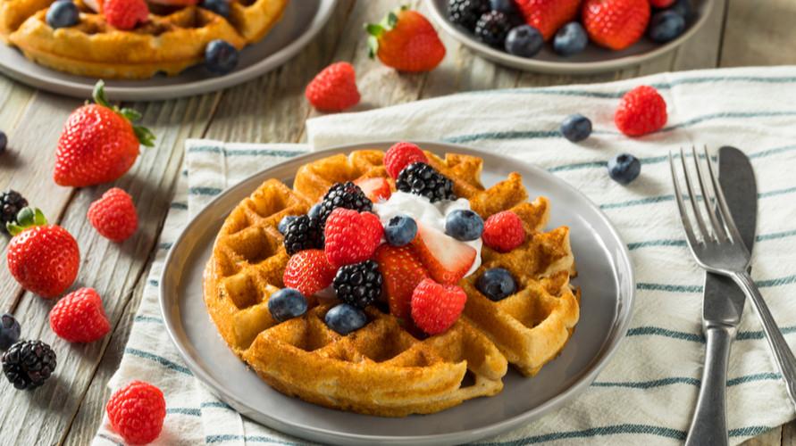 Cara membuat waffle klasik yang renyah dan lembut bisa kamu coba di rumah
