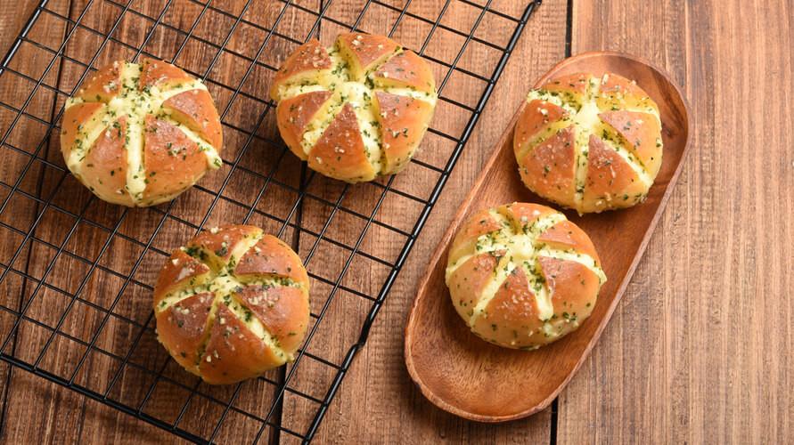 Korean garlic bread merupakan roti viral yang berasal dari Korea