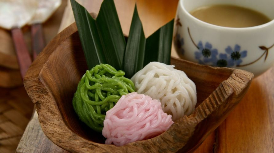 Resep putu mayang antara lain tepung beras, tepung tapioka, air panas, gula merah, santan, dan daun pandan