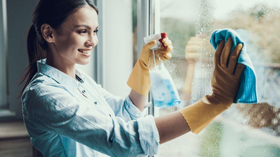 Cairan pembersih kaca dapat menghilangkan kotoran yang membandel