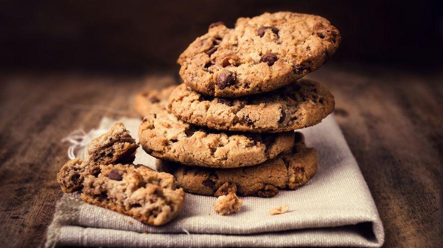 Resep cookies cokelat tidak butuh banyak bahan, hanya tepung, gula, cokelat, garam, baking soda, butter, dan telur