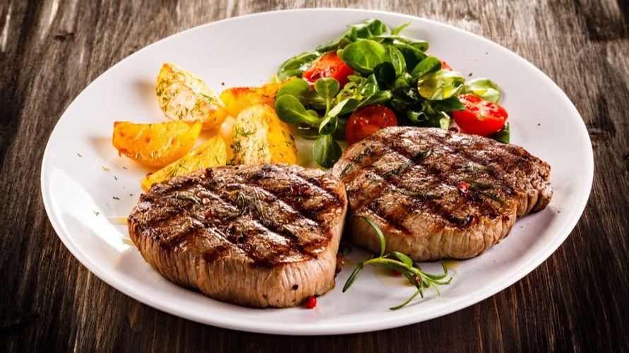 Cara membuat steak daging sapi yang enak hanya perlu bumbu sederhana seperti garam dan lada