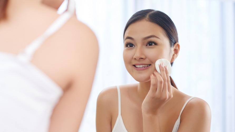 Toner untuk kulit berminyak dan berjerawat berfungsi untuk mengurangi minyak di wajah