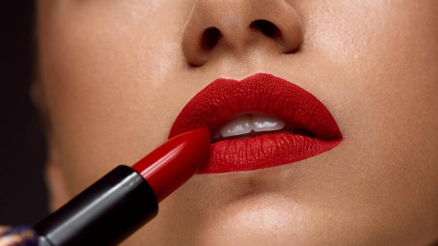 Lipstik merah merupakan salah satu produk kosmetik yang wajib dimiliki tiap wanita