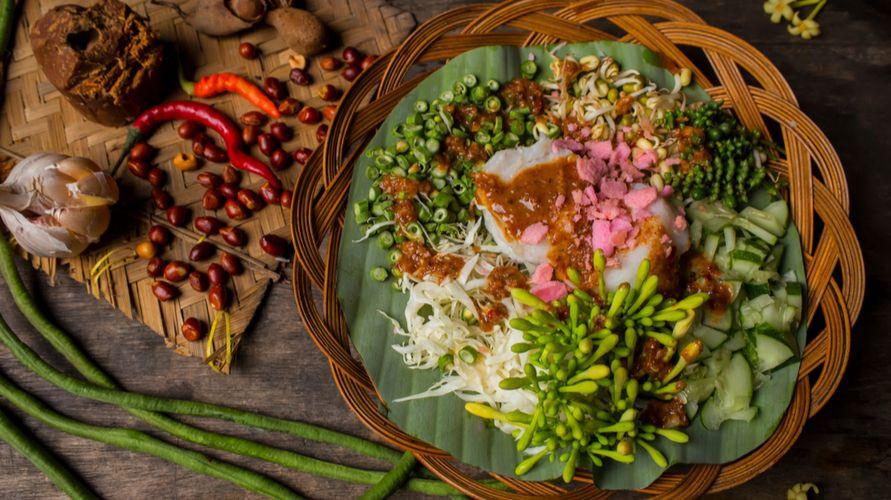 Makanan khas Jawa Barat antara lain karedok, batagor, taoge goreng, dan mie kocok